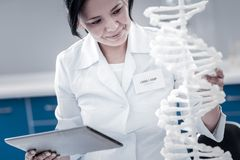 开展基因研究的快乐的成熟夫人对实验室 免版税库存图片