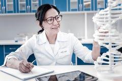 开展基因研究的热心女性科学家 免版税库存照片