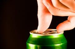 开张一个罐头啤酒 免版税库存照片