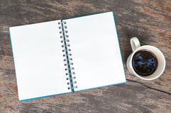 开张与咖啡杯的空白笔记本 免版税库存图片