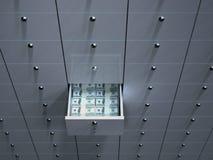开张与货币的电池在安全箱 免版税库存图片