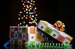 开张与bokeh的礼物盒 免版税库存图片