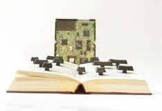 开张书和硬盘驱动器 库存照片