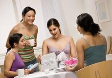 开张惊奇的妇女的朋友礼品 免版税库存图片