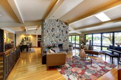 开张现代豪华家庭内部客厅和厨房。 图库摄影