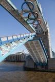 开张用奥林匹克环形装饰的塔桥梁 免版税库存图片
