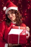 开张的当前圣诞老人微笑的妇女 免版税库存图片