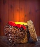 开张空的礼品篮子配件箱有重点减速火箭的背景 库存照片