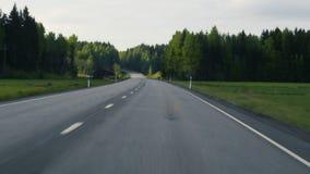 开张路 驾驶在一条经典路的一辆汽车在芬兰 乘客观点 晴朗的日 库存照片