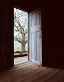 开张门黑暗点燃 库存图片