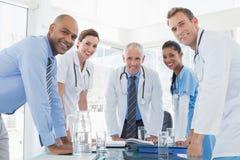 开微笑的医生队会议 免版税库存图片