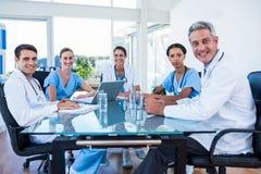 开微笑的医生队会议 免版税库存照片