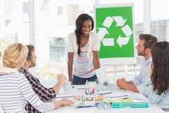 开微笑的年轻的队关于回收政策的一次会议 免版税库存照片