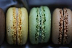 开心果、柠檬和巧克力蛋白杏仁饼干 库存图片