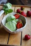 开心果冰淇凌用草莓 免版税库存图片