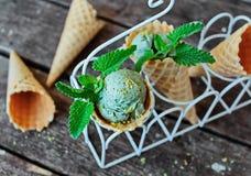 开心果在奶蛋烘饼锥体的冰淇凌 免版税库存图片