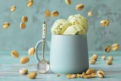 开心果在杯子的冰淇凌 免版税库存照片
