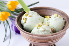 开心果在陶器碗的冰淇凌 免版税库存图片