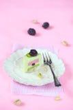 开心果黑莓单独奶油甜点蛋糕 免版税库存图片