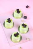 开心果黑莓单独奶油甜点蛋糕 库存图片