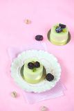 开心果黑莓各自的奶油甜点蛋糕 免版税图库摄影