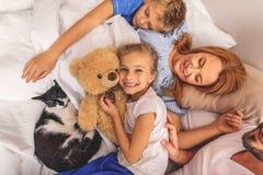 开心的家庭在醒以后 免版税库存照片
