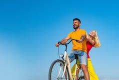 开心的年轻车手在旅行 时髦和爱恋夫妇享用 结合在骑自行车的爱 o 库存照片