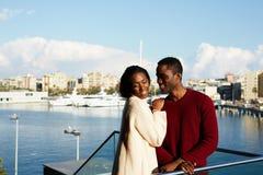 开心的时兴的夫妇在假期假日期间在巴塞罗那 免版税库存图片