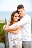 开心的浪漫夫妇在公园 图库摄影