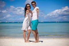 开心的年轻夫妇在海滩 免版税库存照片