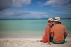 开心的年轻夫妇在海滩 图库摄影