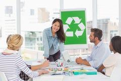 开愉快的队关于回收政策的一次会议 免版税库存照片