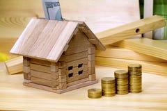 开户一个新的家的财务建筑在城市之外的 _ 免版税库存图片