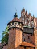 开户在河视图对面的砖瓦房城堡最大的malbork 免版税库存图片