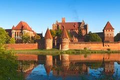 开户在河视图对面的砖瓦房城堡最大的malbork 免版税库存照片
