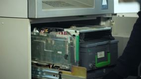 开户打开ATM保险柜的雇员,去掉捆绑美元,现金在运输 股票录像