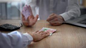 开户拒绝的出纳员改变欧洲钞票,汇兑局限 图库摄影