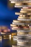 开户欧洲欧元五重点一百货币附注绳索 欧洲标志 钞票概念性货币欧元五十五十 在彼此堆积的硬币i 免版税库存图片