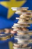 开户欧洲欧元五重点一百货币附注绳索 欧洲标志 钞票概念性货币欧元五十五十 在彼此堆积的硬币i 库存图片