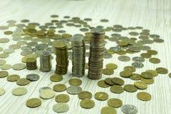 开户欧洲欧元五重点一百货币附注绳索 货币 在彼此堆积的硬币用不同的位置 欧盟标志 图库摄影