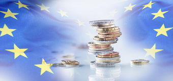 开户欧洲欧元五重点一百货币附注绳索 欧洲标志 钞票概念性货币欧元五十五十 在彼此堆积的硬币用不同的位置 欧盟标志 库存照片