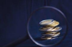 开户欧洲欧元五重点一百货币附注绳索 硬币在黑暗的背景被隔绝 欧洲货币  金钱平衡  从硬币的大厦 通过看法 图库摄影