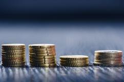 开户欧洲欧元五重点一百货币附注绳索 硬币在黑暗的背景 欧洲货币  金钱平衡  从硬币的大厦 硬币不同 免版税库存照片