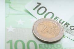 开户欧洲欧元五重点一百货币附注绳索 免版税图库摄影