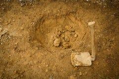 开掘与一把肮脏的锄的开始一个孔被采取在茂物印度尼西亚 图库摄影