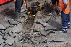 开掘与铁锹的路工作者 库存照片
