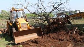 开掘土壤的挖泥机在领域工作地点 影视素材