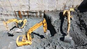 开掘在建造场所的挖掘机掘泥机 股票录像
