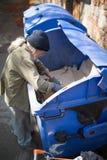 开掘在捶打的老无家可归的男性顶视图能 免版税库存照片