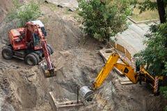 开掘坑的挖掘机 库存图片